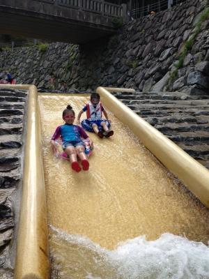 川の滑り台
