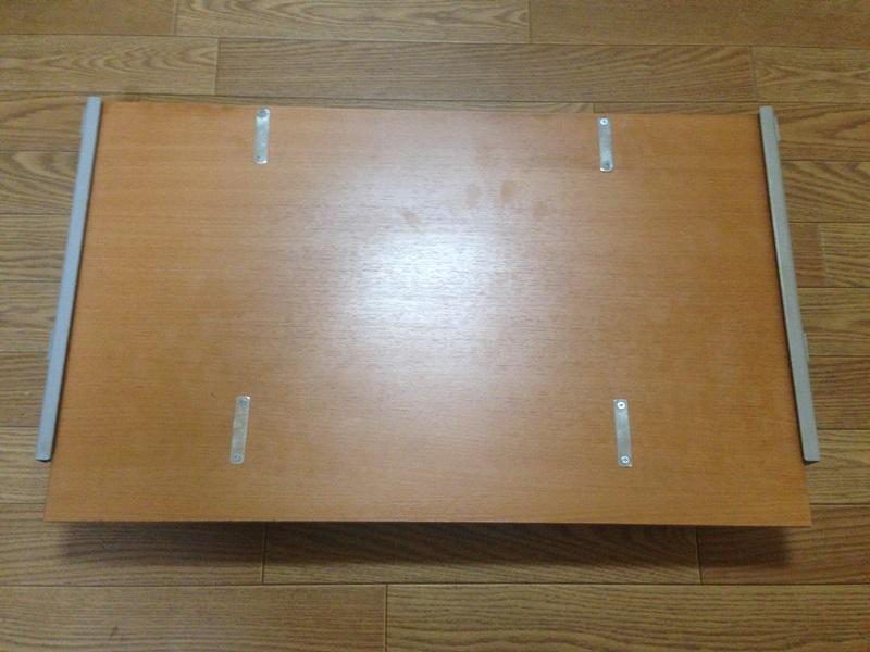 パソコンデスクのキーボードテーブル裏面に金具を取り付け