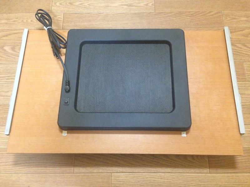 キーボードテーブル裏面にパルサーモをマグネットで取り付け