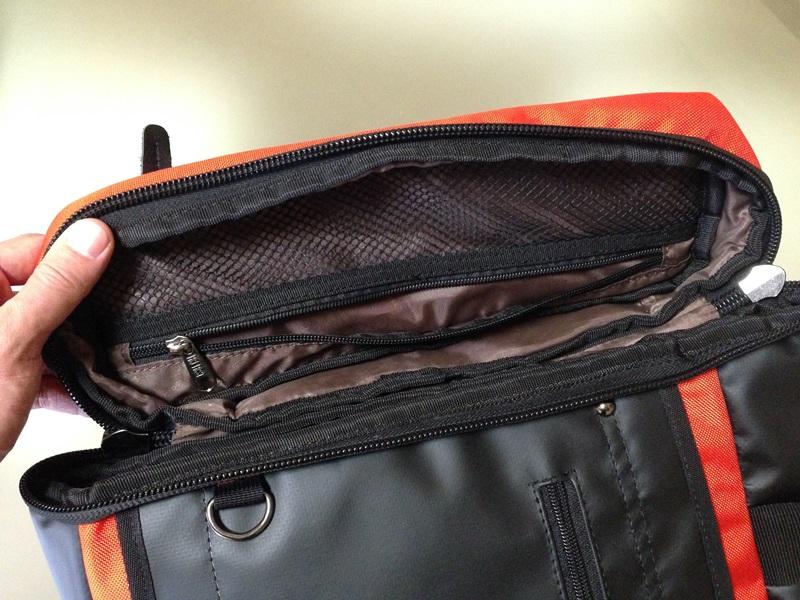 フタの内側のメッシュポケット