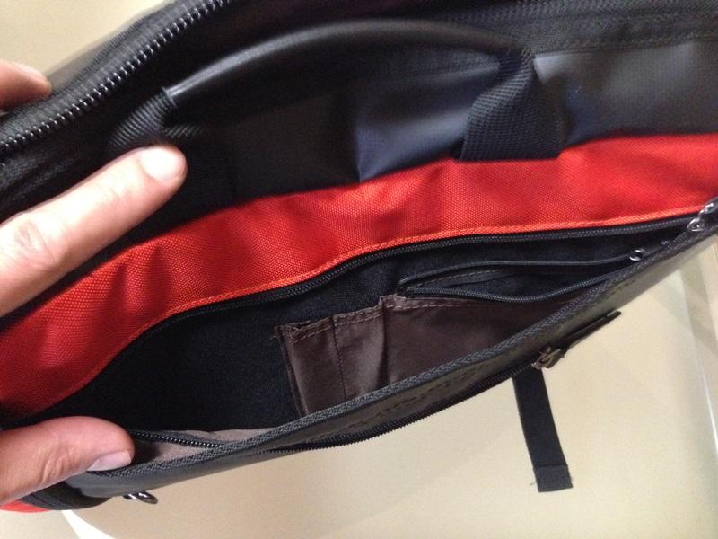 ペンなども収納可能な大きめのフロントポケット