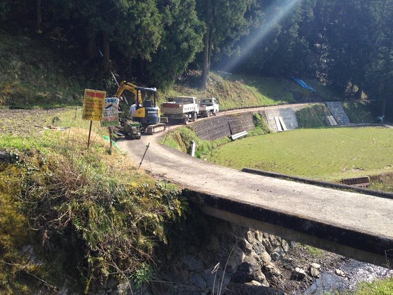 細川柱本隧道手前で工事中のため通行止め