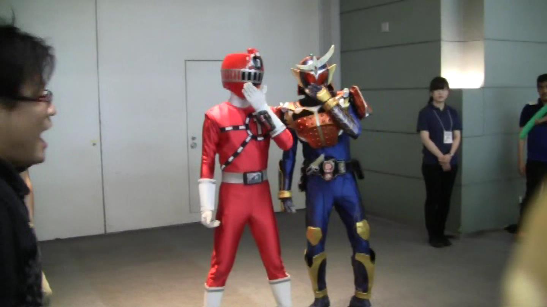 ヒソヒソ話をするトッキュー1号と仮面ライダー・ガイム