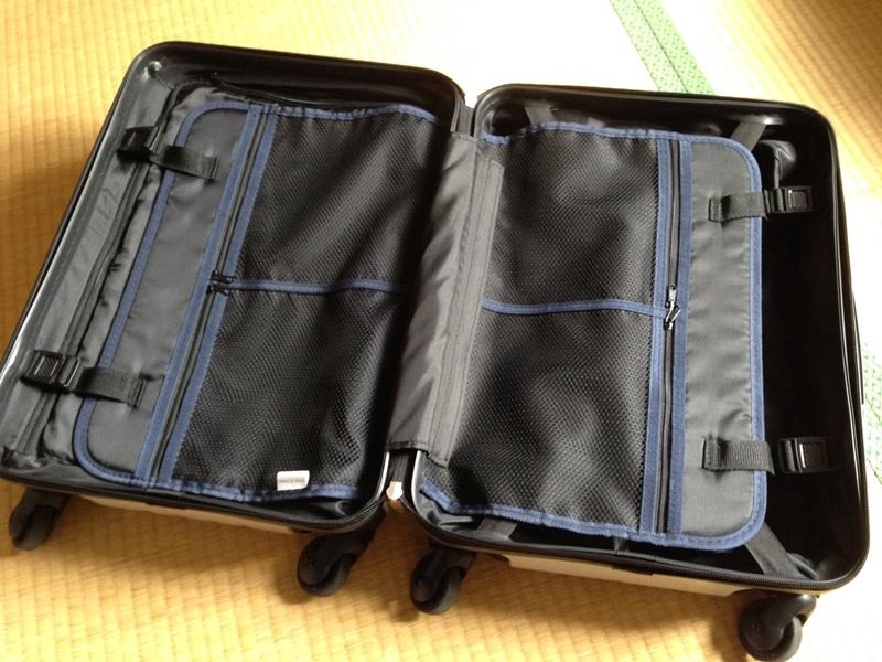 スーツケースを開いた状態