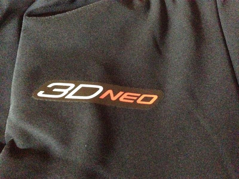 右のお尻に3D-neoのロゴ