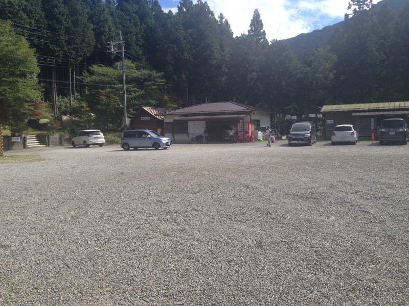 洞川キャンプ場の無料駐車場と管理棟