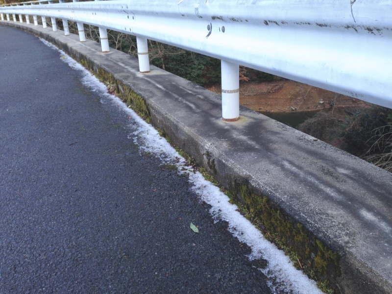 滝畑ダムに掛かる橋には雪