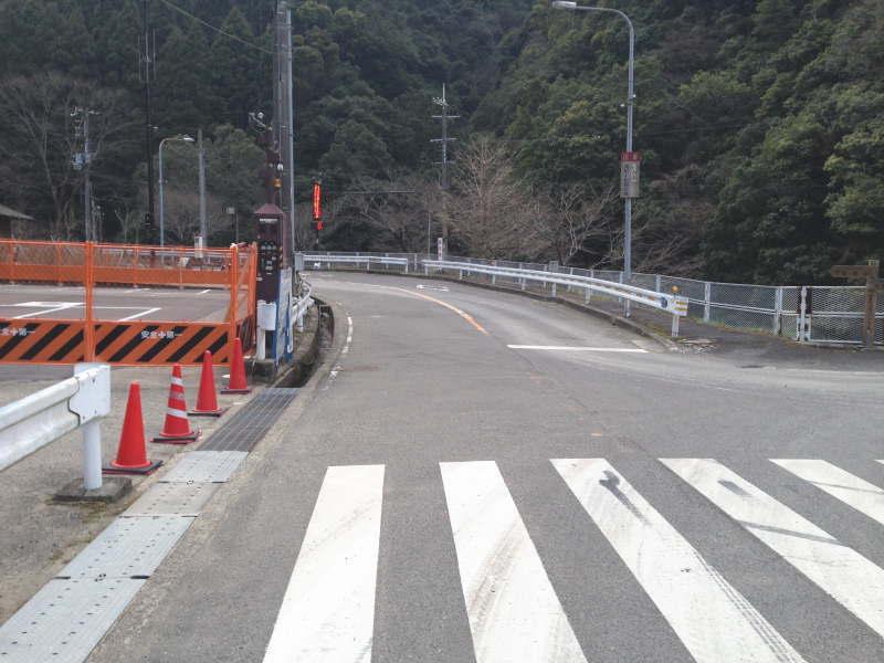 堺かつらぎ線・滝畑ダム湖畔レストラン前