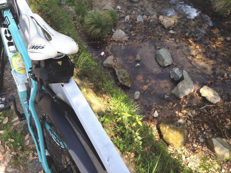 テールランプが外れて下の川へ落下(回収後)