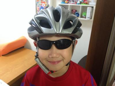 DABADA(ダバダ)自転車用ヘルメットをかぶる息子