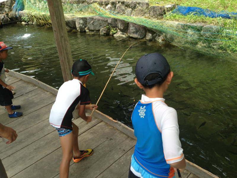 魚釣りをする子供たち