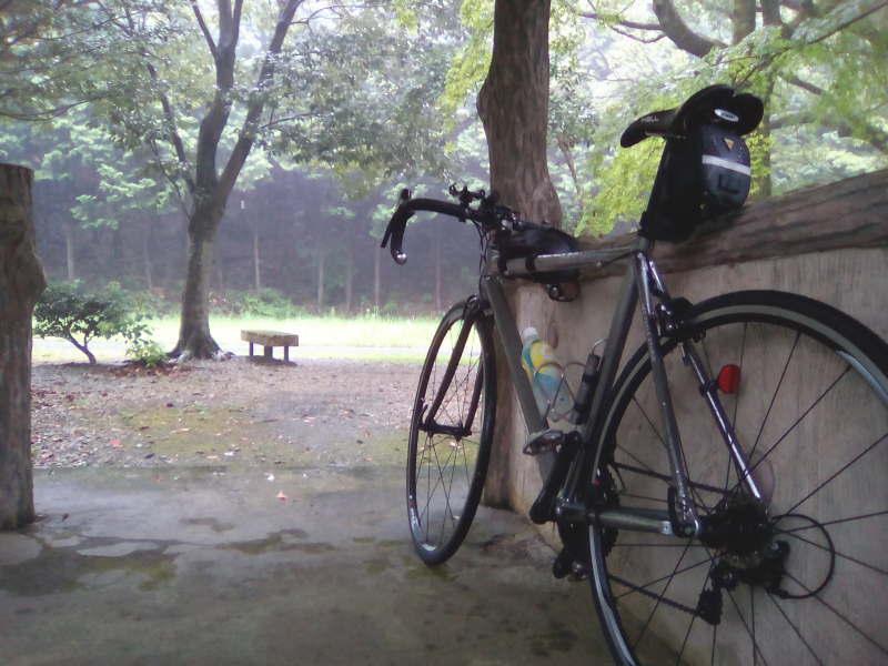 滝畑ダム湖畔で雨宿り