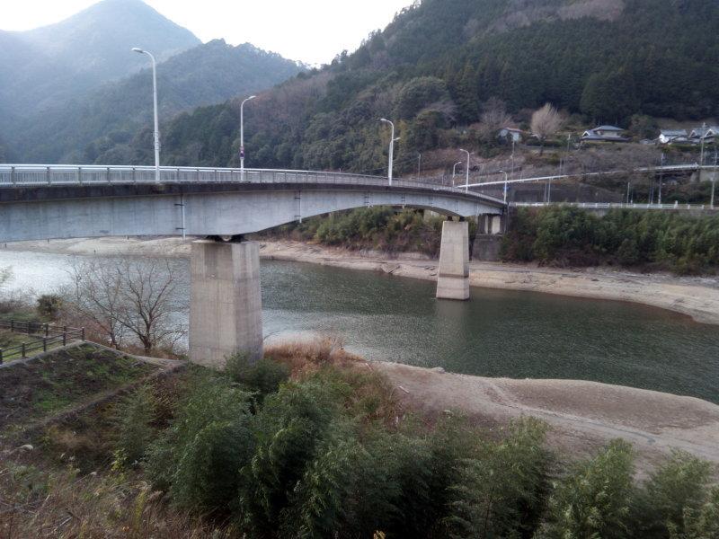 水かさが浅くなった滝畑ダム