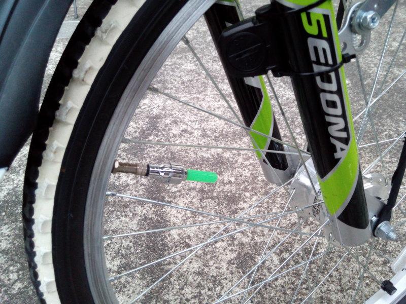 子供の自転車に取り付けたバルブキャップ2P