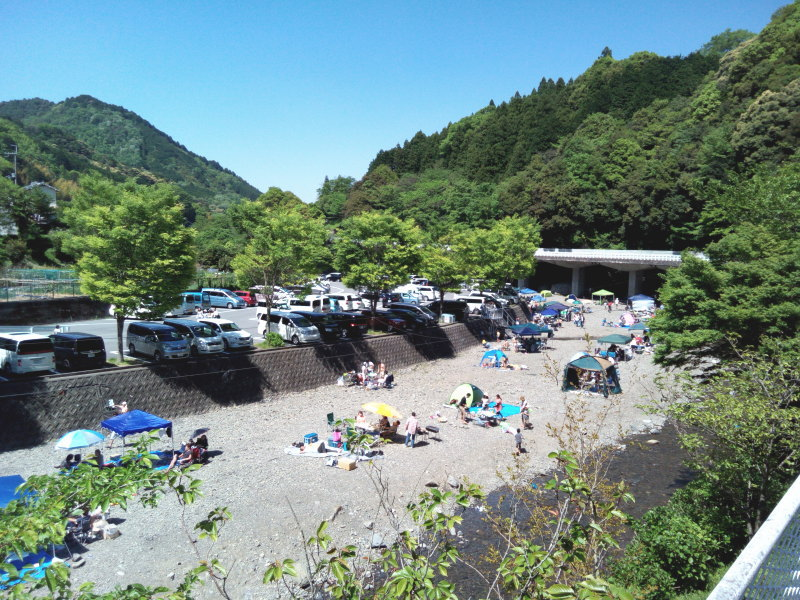 滝畑ダム湖畔BBQ場は第一駐車場が7~8割方埋まるほど盛況