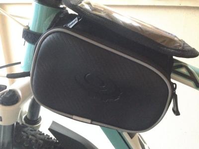 ROSWHEELのスマホ収納付きフレームバッグを取り付けた状態(側面)