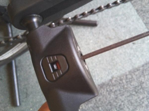 ペダルの固定力調整ボルトを調整