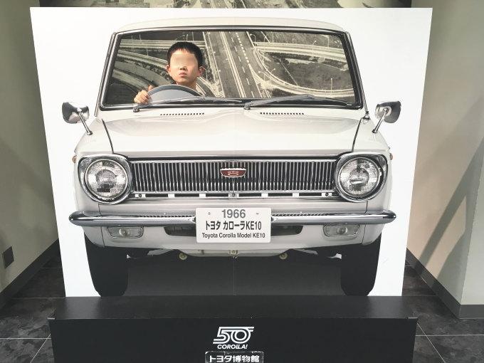 トヨタ・カローラKE10の顔ハメ看板